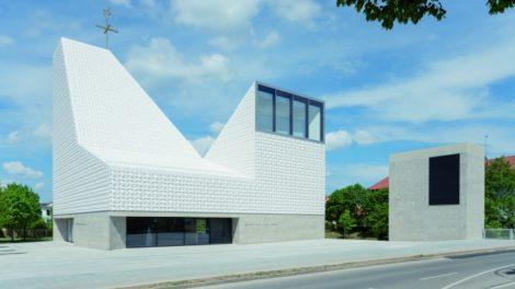 Kirche Poing, Keramikdach und -fassade mit Schaumglasdämmung von Foamglas