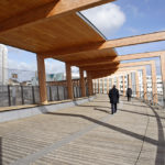 Holzkonstruktion der Fußgängerbrücke