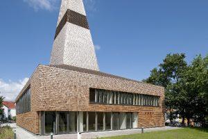 Stein, Holz und Glas modern interpretiert: Kirchenumbau in Herzogenaurach