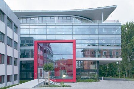 günstig kaufen hübsch und bunt Einkaufen Bürogebäude, Geschäftshaus | Herzogenaurach PUMA - arcguide.de