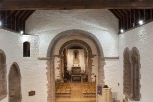 Moderne Raumgestaltung: American White Oak in englischer Kirche aus dem 12. Jahrhundert