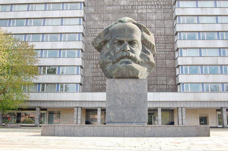 Seit 1971 prägt das monumentale Porträt von Karl Marx das Gesicht der Chemnitzer Innenstadt. Mit einer Höhe von 7,10 Metern und etwa 40 Tonnen Gewicht ist das Bronzedenkmal eine der größten Porträtbüsten der Welt. Doch nach gut 40 Jahren bröckelte der Bet