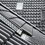 Der optional mögliche 40 mm tiefere Einbau sowie flachere und abgerundete Formen der Außenverblechung unterstützen die harmonische Integration ins Dach.