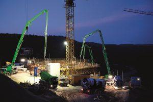 Auch in der Dämmerung arbeiten die Arbeiter auf der Baustelle unter Hochdruck, damit das Bauwerk pünktlich 2015 fertig wird. Mit dabei die Betonpumpen des Betonpumpendienst Nordost der Heidelberger Beton GmbH.