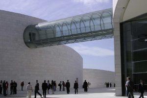 Verbund-Sicherheitsglas mit der SentryGlas® Zwischenlage von DuPont umhüllt leicht und transparent wirkende Brücke für portugiesisches Forschungszentrum
