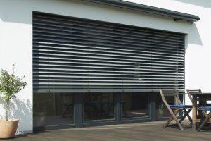 Der Puro.XR von Roma ist für Raffstore (Bild) bis zu einer Breite von fünf Metern und für textilen Sonnenschutz mit bis zu vier Metern verfügbar. Damit werden auch große Glasflächen mit einem einzigen Element beschattet.