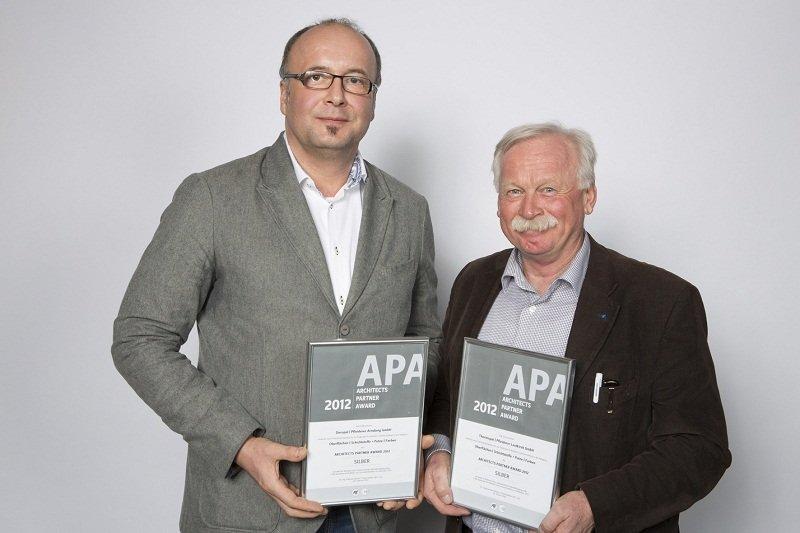 Volker Niepel (links) und Martin Shya (rechts) nahmen im Rahmen der Preisverleihung die beiden Silber- Auszeichnungen für die Marken Duropal und Thermopal entgegen.