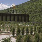 Neubau im schweizerischen Biel: Uhrenhersteller Rolex errichtete ein mehrstöckiges Hochlager mit über 46.000 Lager- plätzen. Für die Mitarbeiter wurde dabei auf dem parkähnlich gestalteten Dach mit 0 ̊-Gefälle ein neuer Erholungs- bereich geschaffen.