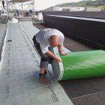 Da die Dachflächen ohne Gefälle angelegt wurden, kann sich Sickerwasser bis zu einer Höhe von 12 mm anstauen. Deshalb wurde zunächst die kapillarpassive Flächendrainage AquaDrain HU ausgerollt. Diese ist speziell für die lose Verlegung in Kombination mit