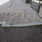 Splittbett auf. Darauf setzten sie die Serizzo-Granitplatten im Format 40 x 120 x 3 cm ein.