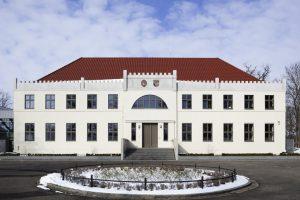 """Das Bürgerzentrum """"Neue Burg"""" Penzlin bietet gestalterisch eine gelungene Mischung aus historisch nachempfundener Fassadenarchitektur und moderner Innenarchitektur."""