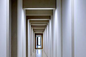 Mit spannenden Durchblicken, weiten Perspektiven und hellem Sichtbeton inszenierten die Architekten die Raumfolgen im Theater Heidelberg.