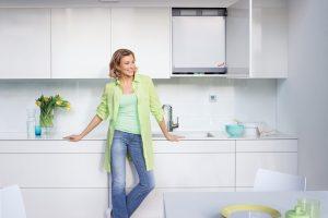 """Intelligent gelöst: Das neue Zehnder """"Kompakt-Lüftungssystem für Wohnungen"""" passt in eine Einbauküche: Das zentrale Lüftungsgerät Zehnder ComfoAir 180 verschwindet in einem Küchenschrank und die Komponenten der Luftverteilung sind mit 20 mm Höhe so flach,"""