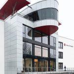Die neue Konzern-Zentrale der Eckert und Ziegler AG: In der Gebäudeform des  Konferenzsaals ist das Firmenlogo deutlich zu erkennen.