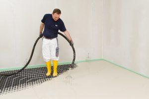 Einer von 6 Richtigen: Der rein mineralische Knauf Nivellierestrich 425 beweist seine Effizienz besonders in der energetischen Sanierung, zum Beispiel als Verbundestrich im Zu-sammenspiel mit einer dünnschichtigen Fußbodenheizung.