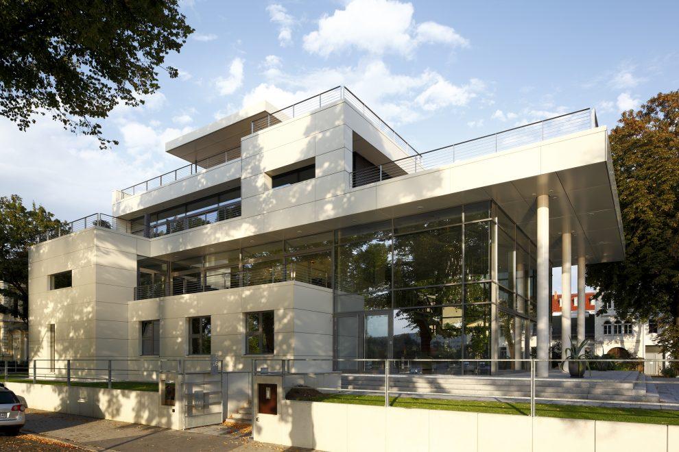 Die erhöhte Lage des kombinierten Geschäfts- und Wohnhauses wurde aus Gründen des Hochwasserschutzes vorgenommen. Das Erdgeschoss liegt 1,5 m oberhalb des Rekordpegelstandes beim Elbe-Hochwasser 2002, Kellergeschoss und Tiefgarage sind mit Schotts abgesic