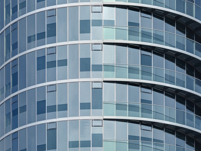 Die Teilbeschichtung der Verglasung mit ipachrome design sorgt vor allem auf der Südseite des Baus für zusätzlichen Sonnenschutz und lässt die Fassade in changierenden Blautö-nen erstrahlen.