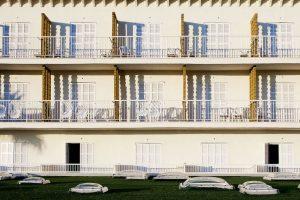 Nach einigen Sanierungs- und Erweiterungsmaßnahmen hat sich das Haus zu einem der markantesten Hotels der beliebten Ferieninsel gewandelt. Ins Auge fällt insbesondere der zuletzt sanierte Pool- und Spa-Bereich.