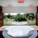 Ein Gefühl wie draußen: Die großen Panorama-Fenster ermöglichen beim Entspannen im Spa-Bereich einen Blick auf die umliegende Natur