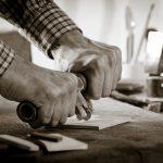 """""""Handgeschnittenes Mosaik"""" bietet die Chance, einen Gestaltungsentwurf  bis in kleinste Detail auszuarbeiten. Aus der Ferne betrachtet, erzielen diese Mosaike eine plastische Wirkung, während aus der Nähe die Exaktheit des Zuschnitts der einzelnen Steine"""