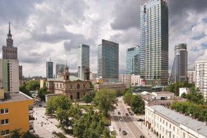 Das Cosmopolitan Warschau beeindruckt durch 160 Meter Höhe und ist der Gestaltung eines typischen amerikanischen Wolkenkratzers nachempfunden. Anfang 2014 stehen hier 252 Luxusappartements mit einer Größe von 54 m2 bis fast 500 m2 zum Einzug bereit.