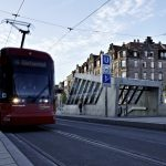 Die Gliederung und architektonische Gestaltung der Zugangs-Aufbauten verknüpfen die den Platz prägende Verkehrsdynamik mit der Bewegungs-dynamik der U-Bahn.