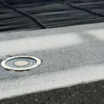 Wichtiges Element einer Freiflächenheizung ist der Temperatur- und Feuchtefühler, der ebenerdig in Beton oder Asphalt verlegt wird – immer dort, wo Niederschläge ihn unmittelbar erreichen.