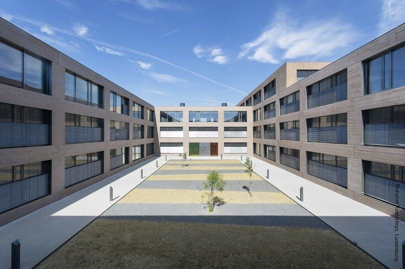 Einer der Innenhöfe zwischen den Gebäuden: Die Feldaufteilung der Lichtöffnungen folgt einem durchgängigen Prinzip. Pro Einheit sind zwei großflächige, automatisierte Lüftungselemente mit verdeckten Rahmenkonstruktionen mit einem schmalen, per Hand zu öff