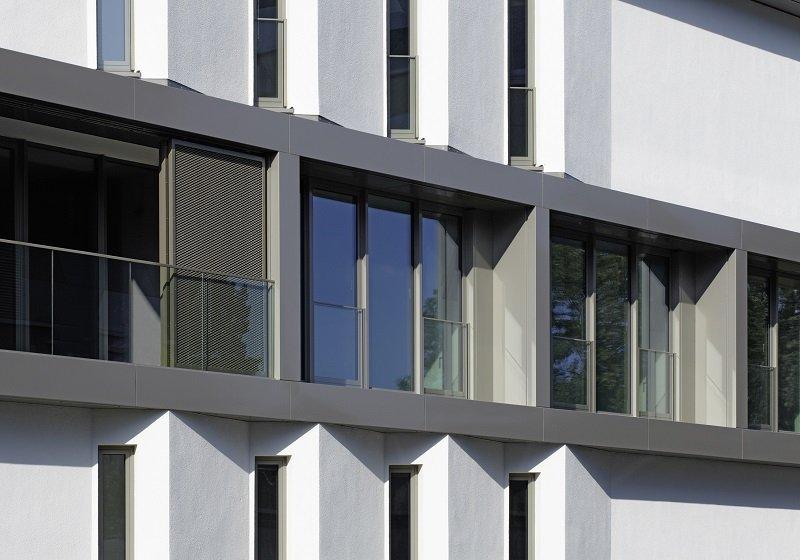 Die raumhohen Fensterelemente messen je nach Fassadenausrichtung 4.760 x 2.495 mm oder 2.735 x 2.495 mm und sind durchgängig mit Dreifach-Isolierverglasungen ausgestattet (System Schüco AWS 75.SI).