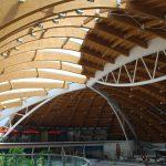 Die Holzkonstruktion von unten betrachtet. Dort wo es dunkel ist liegt die Dachbegrünung drüber