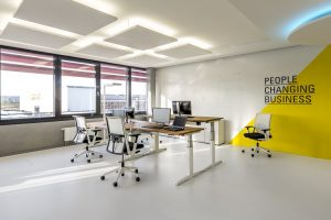 Zeit, dass sich etwas ändert in der Arbeitswelt. Neue Bürokonzepte brauchen Möbel, die eine Weiterentwicklung mitmachen: Dexina setzt dabei auf die höhenverstellbaren Tische Kiron und Drehstühle der Reihe Comforto 59 von Haworth.