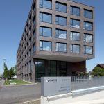 Hinter der archaisch anmutenden Fassade des Campus Dornbirn verbirgt sich eine moderne Gebäude- und IT-Infrastruktur. Die schwarz-braunen Klinkerriemchen fertigte der Extrudierspezialist Ströher in Abstimmung mit den Architekten in individueller Farbgebun