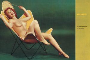 Miss November im B.K.F Hardoy Sessel von Grupo Austral, Novemberausgabe Playboy 1954