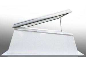 Glasklare Vorteile für Dachdecker: Das LAMILUX CI-System Glaselement F100  ist sehr schnell und einfach zu montieren, da es bereits auf dem Aufsatzkranz vormontiert angeliefert wird.