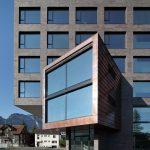 """Klinkerriemchen in einer Spezialmodifikation der Farbstellung """"Metallic Schwarz"""" verleihen der Fassade des Campus Dornbirn eine ursprünglich und wertig anmutende Optik mit archaischem Charakter."""