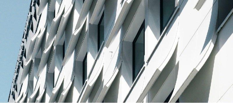 Das Buch als Kulturobjekt zu präsentieren, ist die Gestaltungsidee der Architekten Capella Garcia Arquitectura und SchmidArchitekten für das Eurostars Book Hotel in München. Passend dazu stellen die Fassadenelemente geschwungene Buchseiten dar, die gleich