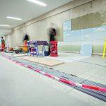 """Um die Bildmotive von Jo Zeh-Kosanke perspektivisch """"entzerrt"""" auf die Wandflächen zu übertragen, mussten die Experten der """"Artefactur"""" umfangreiche Berechnungen anstellen. Die Verlegearbeiten erfolgten nach einem exakten Plan."""