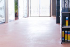 Alte Beschichtungen, Flecken und hartnäckige Verschmutzungen müssen zunächst mit RZ Effektiv-Grundreiniger vollständig entfernt werden.