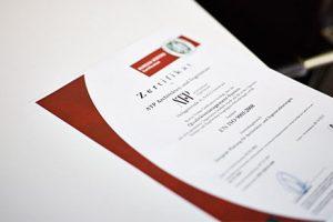 QM Zertifizierungsurkunde ISO 9001 Qualitätsmanagement. Nicht im Bild: Zertifizierungsurkunde für Umweltmanagement ISO 14001.