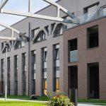 Die Fassade besticht mit einer archaischen Mischung aus Hightech und Klinker. WDVS mit Klinkerriemchen von Ströher im schmalen Langformat.