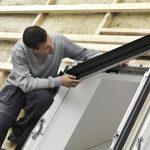 Die Montage von VELUX Balanced Ventilation erfolgt einfach durch den Austausch des Standard-Markisenkastens des Dachfensters.