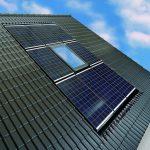 Dank eines von Velux für das Braas PV Indax System entwickelten Eindeckrahmens lassen sich Dachfenster und PV-Module ästhetisch kombinieren.