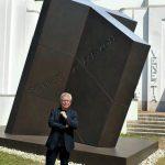 Stararchitekt Daniel Libeskind vor der Skulptur