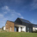 Das Zusammenspiel der unterschiedlich geneigten Dachflächen verleiht dem VELUX Maison Air et Lumière nicht nur von außen Lebendigkeit, sondern ermöglicht im Inneren ganz unterschiedliche Wohnflächen und -atmosphären.