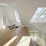 Dank der ausgeklügelten Dachstruktur und des Einbaus von Fensteröffnungen in sämtliche Fassaden fällt Tageslicht aus allen Himmelsrichtungen und auch direkt von oben ins Gebäude. Insgesamt entspricht die Fensterfläche des VELUX Maison Air et Lumière mit e