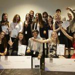 Die Preisträger und Nominierten des ersten Velux International Design Award zusammen mit den Jurymitgliedern.