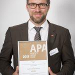 Christian Krüger, Leiter Architektur – Planung bei der Velux Deutschland GmbH, mit der Urkunde des Architects Partner Award in Bronze. Die Auszeichnung würdigt die herausragende technische und architektonische Beratungsleistung der Außendienstmitarbeiter