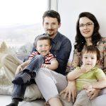 Die Sunlighthouse-Familie: Johann, Ludwig, Yasmin und Alfred Dorfstetter testet das Haus auf Herz und Nieren.