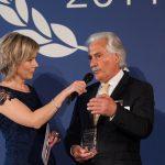 """Dr. Utz nimmt den Preis ntv """"Hidden Champion"""" für den 2. Platz in der Kategorie Nachhaltigkeit entgegen."""