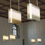 In Doppelreihen angeordnete Leuchten im Kirchenschiff